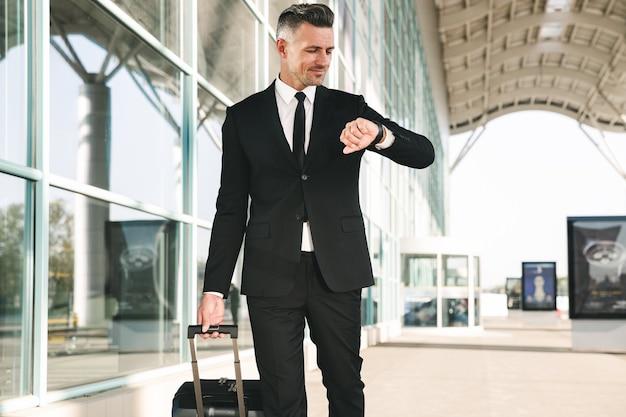 スーツを着て歩くビジネスマンを笑顔