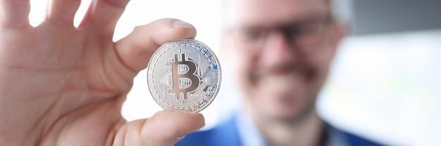 投資の概念なしでビットコインでお金を稼ぐビットコインを保持しているビジネスマン