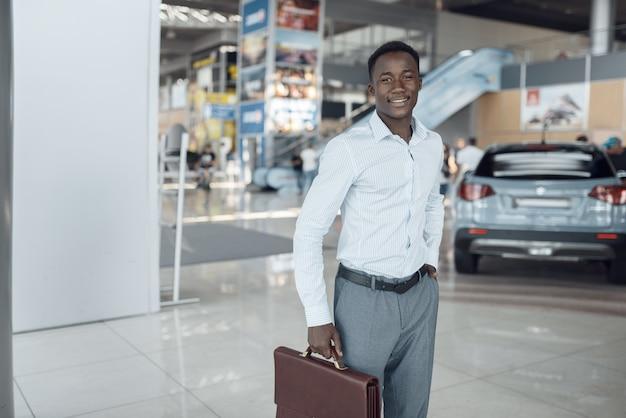 웃는 사업가 보유 서류 가방, 자동차 쇼룸