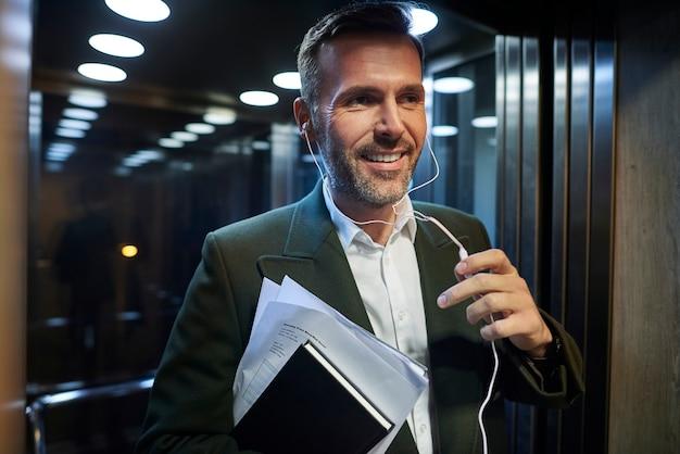 エレベーターでビジネスマンの笑顔