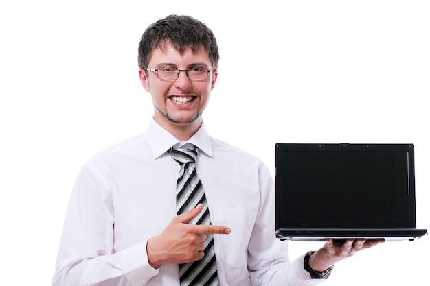노트북 디스플레이에 가리키는 웃는 사업가