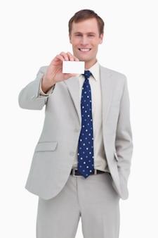 Улыбаясь бизнесмен, представляя его визитную карточку