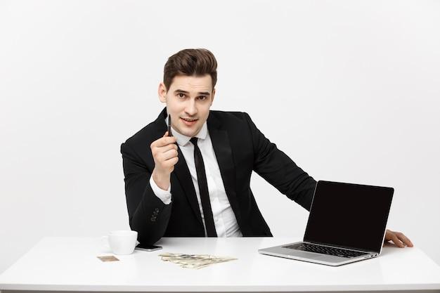 コピースペースのある空白の画面で彼のラップトップコンピューターを視聴者に提示する笑顔の実業家