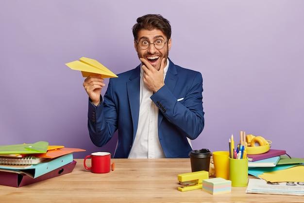 オフィスの机に座って笑顔のビジネスマン