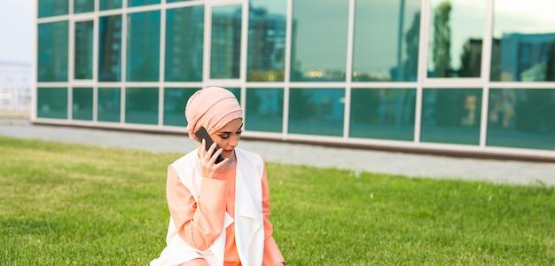 Улыбающийся бизнесмен разговаривает по мобильному телефону в дубае, арабский хиджаб, бизнесмен goovrit по мобильному телефону на