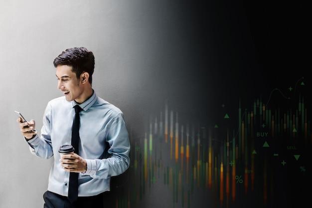 グローバルエクスチェンジで株式市場のために売買するために屋外で携帯電話を使用して笑顔のビジネスマン