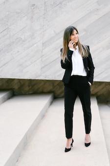 電話で話しているスーツの笑顔の実業家