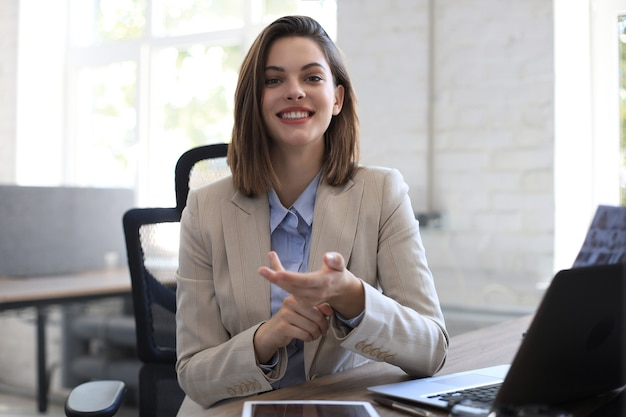 カメラを見たり、会議や商談をしたり、ビデオブログを録画したり、クライアントと話したりする笑顔の実業家。