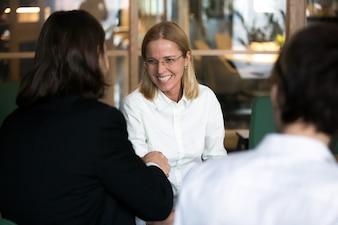 交渉やインタビューで実業家の手を振って笑顔の実業家