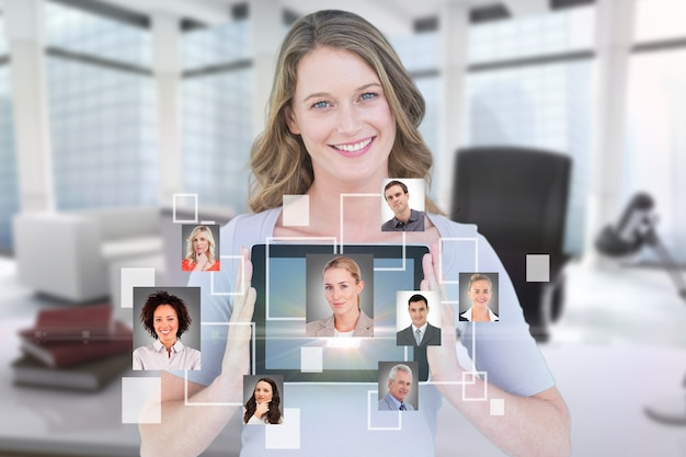 Улыбается бизнесмен, показывая ее планшет с виртуальным приложением