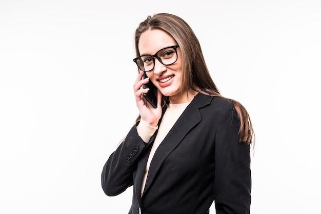 Улыбающаяся деловая женщина разговаривает с мобильным телефоном, изолированным на белом