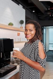 コーヒーカップと笑顔の実業家