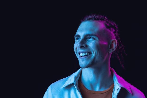 笑顔。白人の若い男の肖像画。カジュアルなスタイルのハンサムな男性モデル。