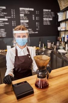 커피 바에서 사진 카메라를 보고 웃는 쾌활한 여자
