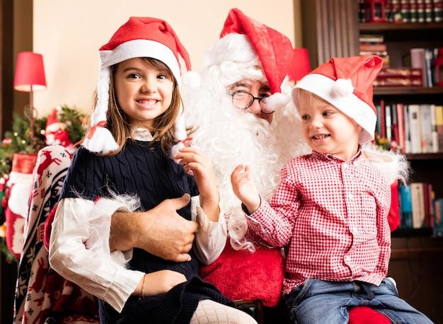 Bambini sorridenti con babbo natale