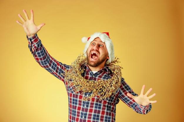 산타 모자를 쓰고 웃는 크리스마스 남자