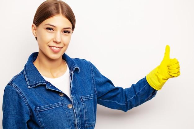 Улыбающийся уборщик в специальной форме и желтых перчатках