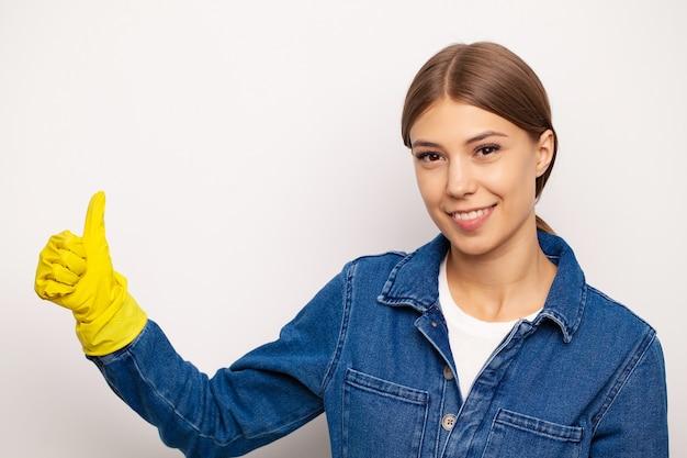 특수 유니폼과 노란색 장갑에 웃는 청소 노동자.