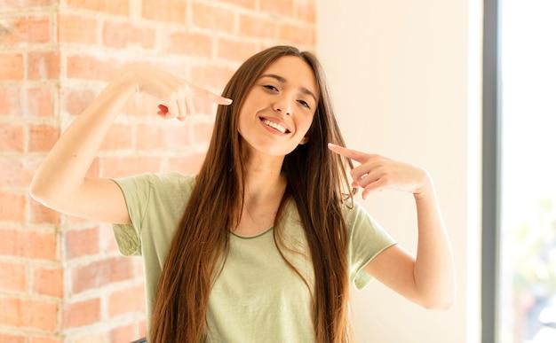 自信地微笑,指向自己灿烂的笑容,积极,放松,满意的态度
