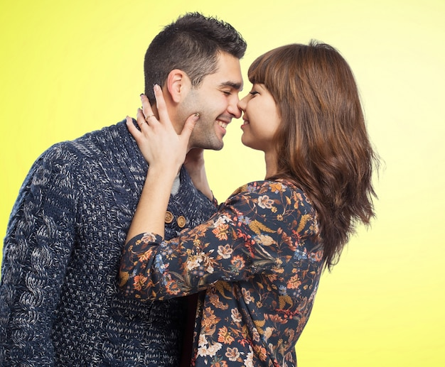Sorridente coppia in procinto di baciare