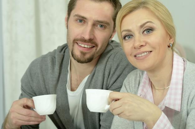 커피와 음식이 있는 테이블에서 웃는 커플