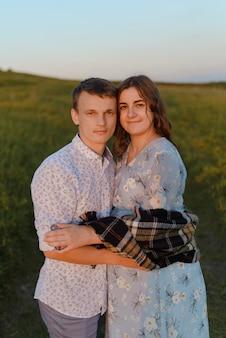 야외에서 사랑에 웃는 커플. 사랑에 빠진 커플. 남자와 여자 휴가. 임신 한 엄마