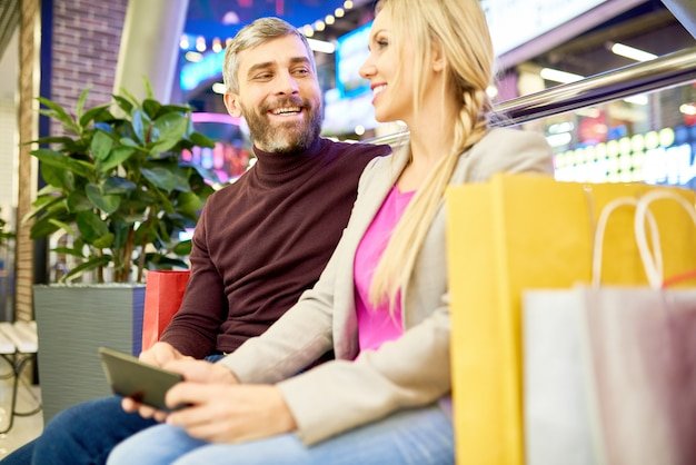 Улыбающаяся пара в торговом центре