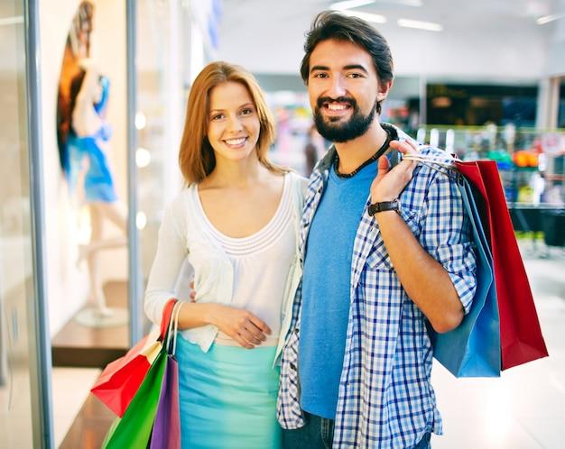 Sorridente coppia in una giornata di shopping