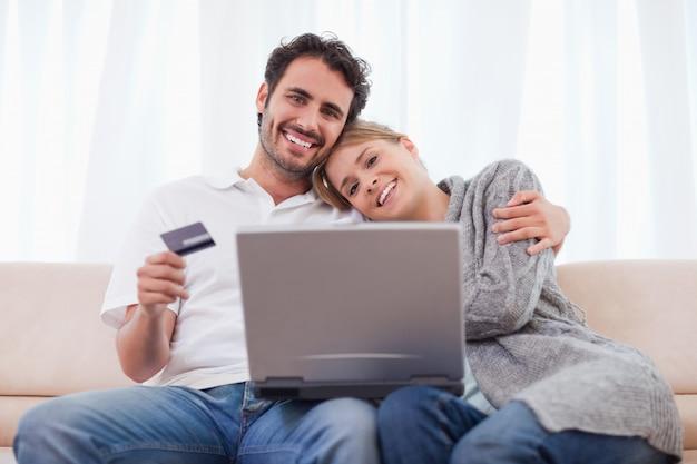 オンラインショッピングで笑うカップル