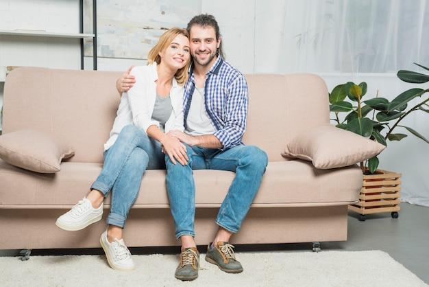 Coppia sorridente sul divano