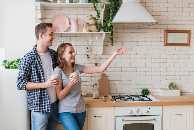 台所で一緒に立っている笑顔のカップル