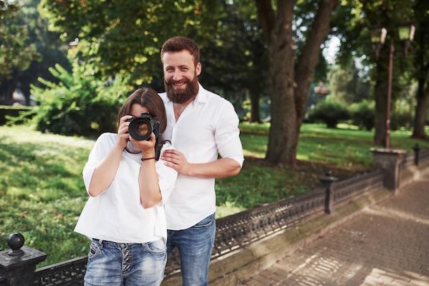 カメラで写真を見て笑顔のカップル。