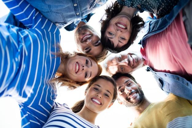 Улыбающаяся творческая бизнес-команда, создающая препятствие снаружи