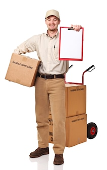 Улыбающийся доставщик, изолированные на белом фоне