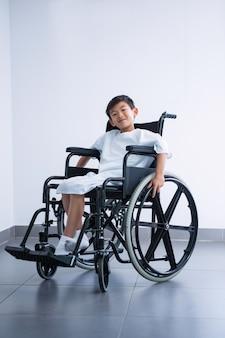 笑顔の病院で車椅子の少年患者を無効に