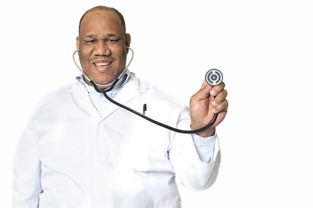 Medico sorridente contro una superficie bianca