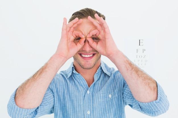 그의 손으로 의사 형성 안경 미소