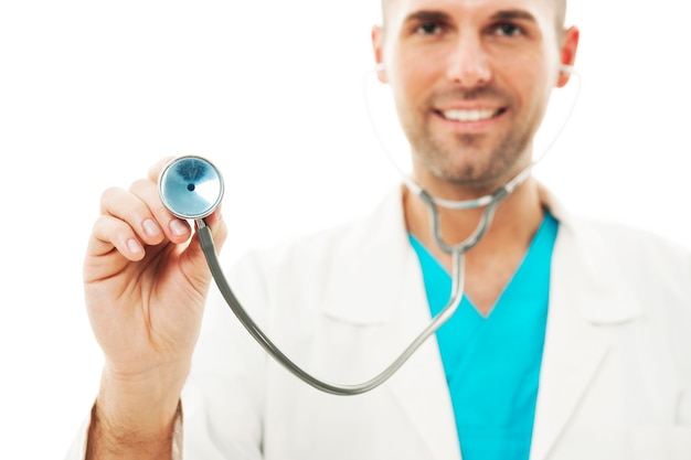 Battito cardiaco d'ascolto di medico sorridente