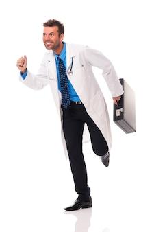 Medico sorridente che corre ai suoi pazienti