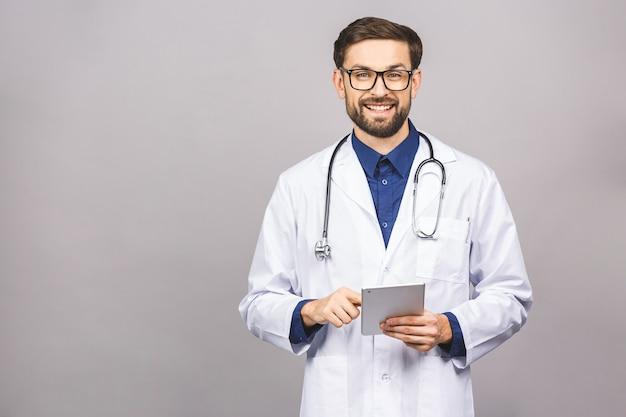 Улыбающийся доктор с помощью планшетного компьютера