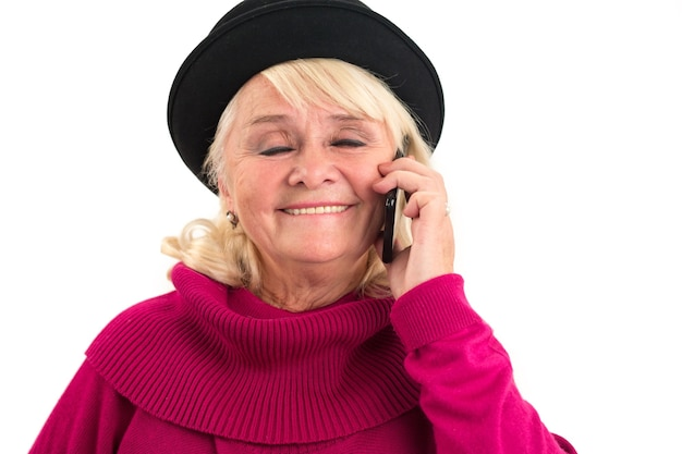 Улыбающаяся пожилая женщина с мобильным телефоном женщина с закрытыми глазами изолировала голос, который делает меня счастливым