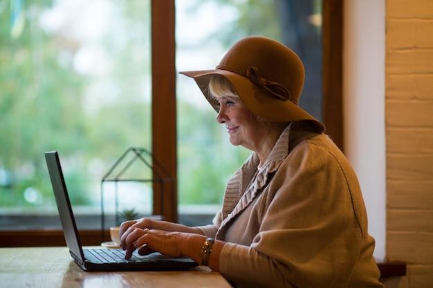 노트북으로 웃는 할머니