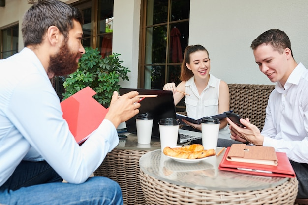 起業家がスマートフォンをチェックする笑顔