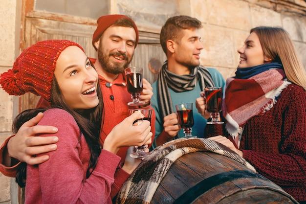 パーティー中にヨーロッパの男性と女性の笑顔