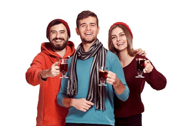 白で隔離のパーティー中にヨーロッパの男性と女性の笑顔