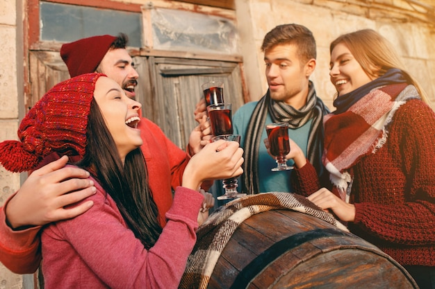パーティー中にヨーロッパの男性と女性を笑顔