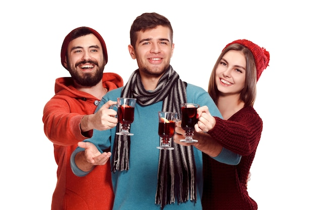 Uomini e donne europei sorridenti durante la festa