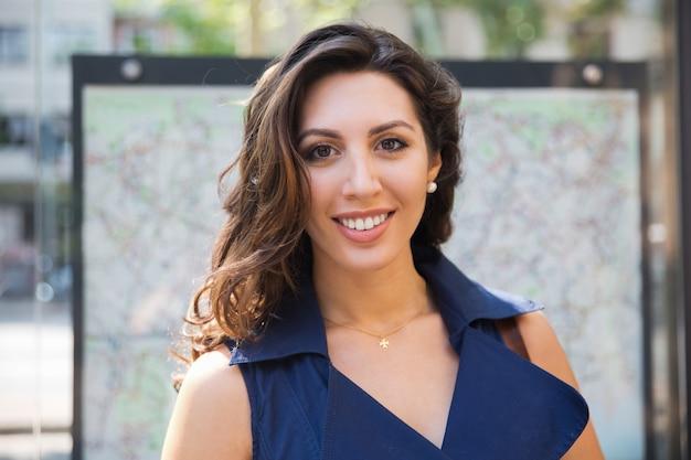 Улыбающееся лицо великолепной латиноамериканской женщины