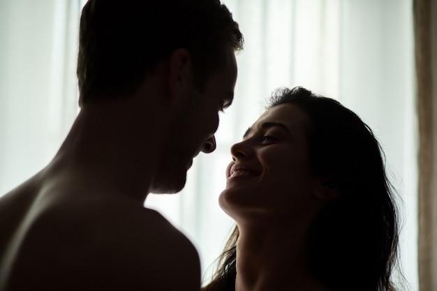 Улыбающиеся лица пары.