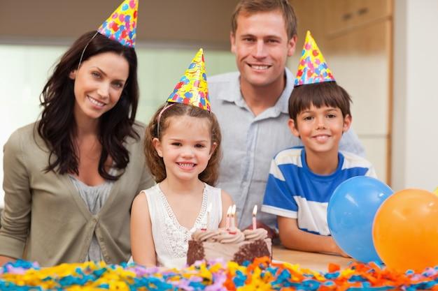 娘の誕生日を祝う笑顔の家族